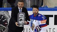 Kapitán ruské sborné Ilja Kovalčuk (vpravo) přebírá trofej pro stříbrný tým MS od prezidenta Mezinárodní hokejové federace Reného Fasela.