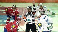 Rozhodčí Ivo Haber na snímku z roku 1999 vhazuje puk v extraligové exhibici Východ - Západ mezi hokejky Davida Výborného a Jiřího Dopity.