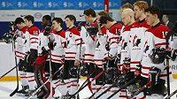 Zklamaný kanadský tým po debaklu s USA v semifinále MS do dvaceti let v Ufě.
