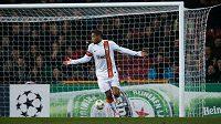 Brazilec Luiz Adriano poté, co nesportovně vstřelil první gól dánskému Nordsjaellandu.