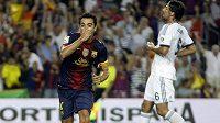 Barcelonský Xavi se raduje z rozhodujícího gólu proti Realu.