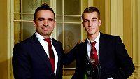 Český fotbalista Václav Černý (vpravo) a Marc Overmars na galavečeru Grassroots fotbalu