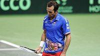 Zklamaný tenista Radek Štěpánek v zápase proti Robinu Haasemu z Nizozemska.