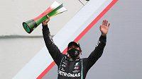 Lewis Hamilton s trofejí pro vítěze Velké ceny Portugalska.