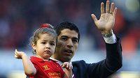 Sbohem! Uruguayský fotbalista Luis Suárez takto zdravil po posledním ligovém zápase sezóny fanoušky Liverpoolu. Nyní se zdá, že klub opustí nadobro.