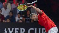 Australan Nick Kyrgios během utkání s Rogerem Federerem.
