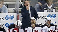 Trenér New Jersey Devils Peter DeBoer při pohledu na skóre na videokostce při utkání v Pittsburghu.