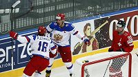 Ruští útočníci Sergej Plotnikov (vlevo) a Alexandr Ovečkin slaví gól v síti Švýcarska. Vpravo je zklamaný zadák Roman Josi.