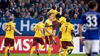 Fotbalisté Sparty Praha oslavují gól Davida Lafaty na 2:1 během utkání Evropské ligy proti Schalke ve Veltins Areně.