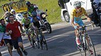 Ital Vincenzo Nibali ve žlutém trikotu lídra, za ním Leopold König a Polák Rafal Majka v závěrečném stoupání.