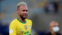 Smutný Brazilec Neymar po letočním finále turnaje Copa América. Před pěti lety na konci olympiády v Riu slzel pro změnu štěstím. Jeho následovníci se hned v úvodu her v Japonsku střetnou v repríze finále s Německem.