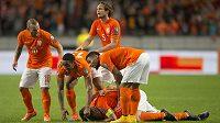 Nizozemští fotbalisté se radují z gólu proti Kazachstánu.