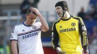 Brankář Chelsea Petr Čech povzbuzuje stopera Johna Terryho, který si na hřišti Crystal Palace vstřelil vlastní gól a Blues nakonec prohráli 0:1.