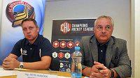 Generální manažer hokejového klubu HC Vítkovice Steel Petr Husička (vpravo) a hlavní trenér mužstva Peter Oremus na tiskové konferenci v Ostravě před zahájením Ligy mistrů.