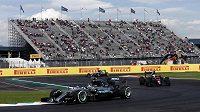 Němec Nico Rosberg ovládl páteční trénink v Mexiku, překvapením je osmý čas Fernanda Alonsa (vpravo) s McLarenem.