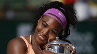 Serena Williamsová se mazlí s pohárem pro vítězku French Open.