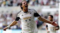 Útočník Swansea Michu slaví gól do sítě rumunského týmu Petrolul Ploiesti.