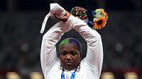 Americká atletka Raven Saundersová překřižuje ruce během medailového ceremoniálu.