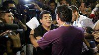 Diego Maradona se v Rio de Janeiru zdraví se známým.