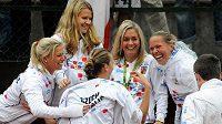 Česká tenistka Petra Kvitová se raduje se spoluhráčkami z fedcupového týmu ze zisku prvního budou proti Itálii po výhře nad Sarou Erraniovou.