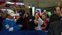 Záběry z krádeže zmrzliny baví hokejový svět.