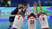 Polští volejbalisté blokují americký útok.