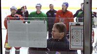 Trenér Alois Hadamczik udílí pokyny na tréninku reprezentace
