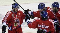 Hokejisté gratulují Petru Průchovi (vlevo) k brance do švédské sítě.