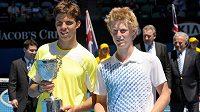 Jiří Veselý a Luke Saville po finále juniorského Australian Open v roce 2011