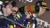 Red Bull slavil double. Sebastian Vettel (vlevo) připíjí na vítězství v Abú Zabí, vpravo druhý Mark Webber.