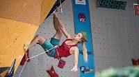 Eliška Adamovská ve finále MSJ v lezení na obtížnost v italském Arcu.