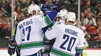 Hokejisté Vancouveru Canucks se radují z gólu proti Minnesotě.