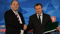 Trenér Pavel Vrba (vpravo) podepsal ve čtvrtek smlouvu s FAČR. Vlevo předseda asociace Miroslav Pelta.