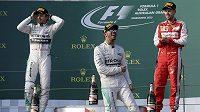 Lewis Hamilton (uprostřed) slaví vítězství ve Velké ceně Austrálie.