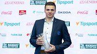 Nejlepší brankář sezony Roman Will s cenou deníku Právo během slavnostního vyhlášení ankety Hokejista sezony v Brně.