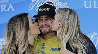 Peter Sagan, vítěz etapy na závodu Kolem Kalifornie, si užívá pozornosti sličných hostesek.