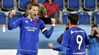 Zleva Milan Škoda a Ruslan Mingazov ze Slavie se radují z gólu proti Slovácku.