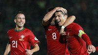 Ronaldo (vpravo) se se spoluhráči raduje z třetiny svého hattricku v kvalifikačním utkání o MS 2014 proti Severnímu Irsku.