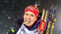 Takhle chutná vítězství! Gabriela Soukalová si ze Švédska přiveze zlatou medaili.