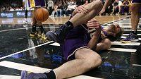 Pau Gasol, opora Los Angeles Lakers, se svíjí na zemi poté, co si v utkání proti Brooklyn Nets poranil pravou nohu.