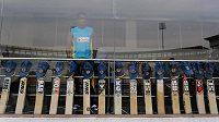 Řada kriketových pálek týmu Srí Lanky seřazených jako pocta australskému hráči Phillipu Hughesovi, který ve čtvrtek podlehl zraněním po zásahu míčkem.