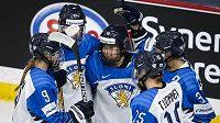 Finské hokejistky se radují z branky, ve čtvrtfinále MS narazí na reprezentantky Česka.