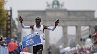Keňan Eliud Kipchoge v cíli berlínského maratónu.