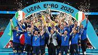 Italové s trofejí pro mistry Evropy.