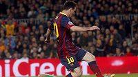 Lionel Messi (č. 10) z Barcelony před brankářem Manchesteru City Joe Hartem.