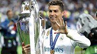 Cristiano Ronaldo v dresu Realu s trofejí pro vítěze Ligy mistrů. Jak se mu bude dařit v novém působišti?