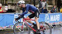 Americký cyklista Quinn Simmons si jede na MS pro zlato v silničním závodě.