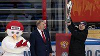 Trofej pro vítěze letošního Channel One Cupu si čeští hokejisté neužili, do Prahy dorazí později.