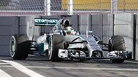 Lewis Hamilton s mercedesem při tréninku v Soči.