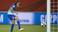 Brazilka Andrressa Alves střílí gól do španělské sítě během zápasu mistrovství světa žen v Montrealu.